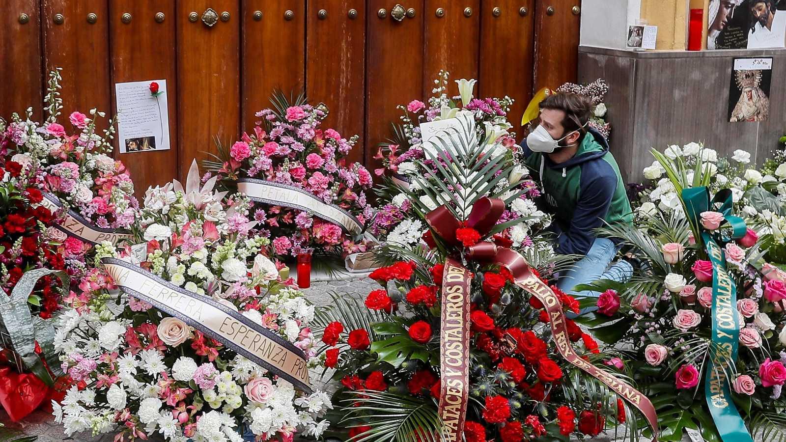 Flores y música en Sevilla, para un Jueves Santo sin procesiones por el coronavirus