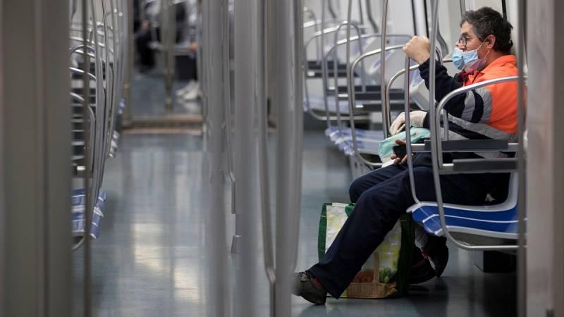 El Gobierno recomienda el uso de mascarillas para las personas que viajen en transporte público
