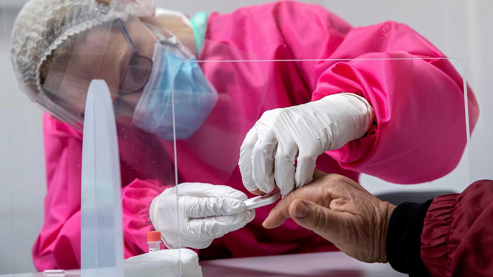 Los laboratorios privados que hacen test para detectar coronavirus están desde este martes a disposición de las comunidades autónomas, que podrán regular los precios para evitar abusos. El Gobierno ha incluido esta disposición en el BOE. Estos centro