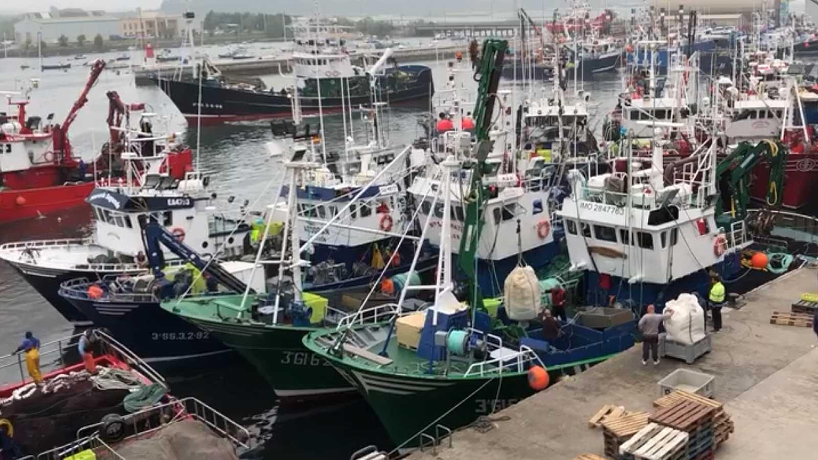 La flota pesquera sigue amarrada en Cantabria