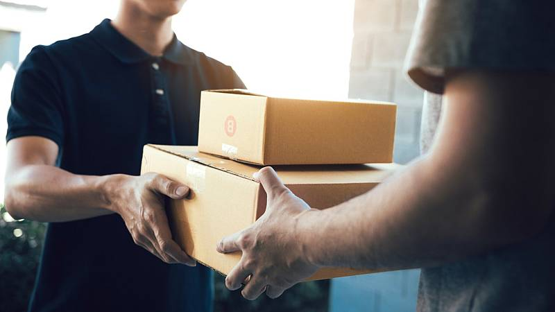Los repartidores se exponen para llevar productos no esenciales
