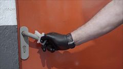 Empresas gallegas donan 10.000 llaves sanitarias para manipular puertas y pulsadores sin contacto