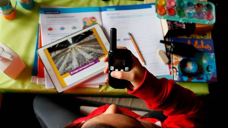 Clases con walkie talkies para suplir la falta de ordenadores
