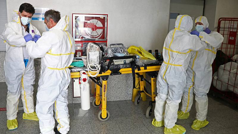 El descenso de enfermos críticos por coronavirus alivia el colapso de las UCI y permite reabrir quirófanos