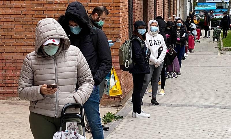 Cientos de personas hacen colas para conseguir comida en Madrid