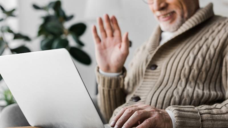 Estudiantes de bachillerato de Amorebieta, en Bizkaia, mantienen contacto virtual estos dias con los ancianos de una residencia. Llevan seis años trabajando con ellos en un proyecto intergeneracional pero ahora el confinamiento provocado por el coron