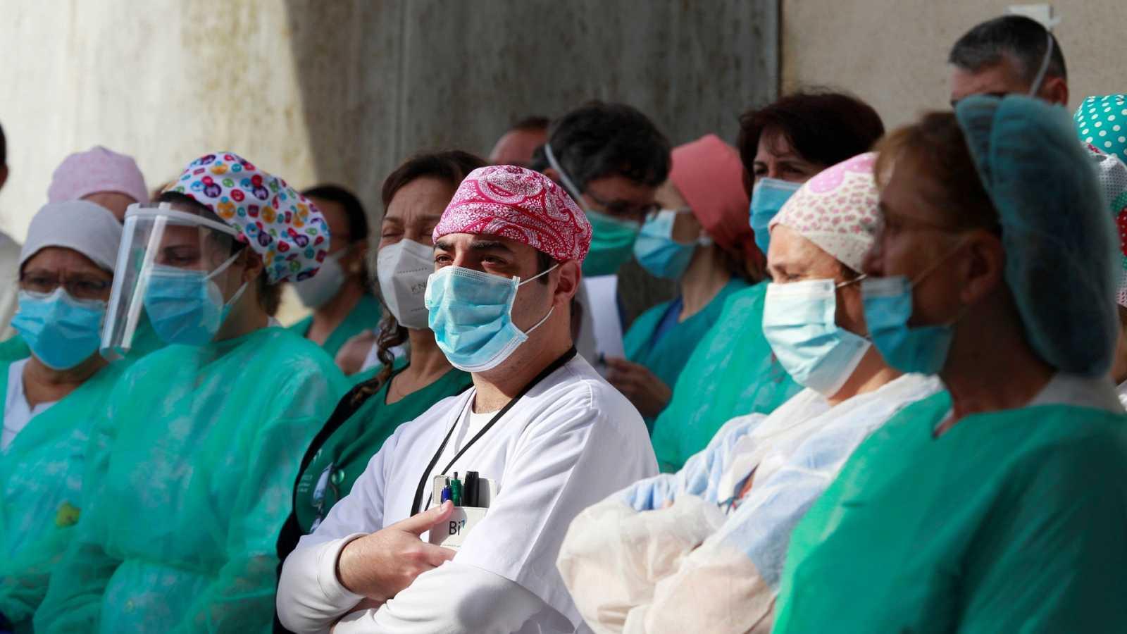 Los profesionales sanitarios trasladan su protesta a las redes con casi 38.000 contagios en el sector