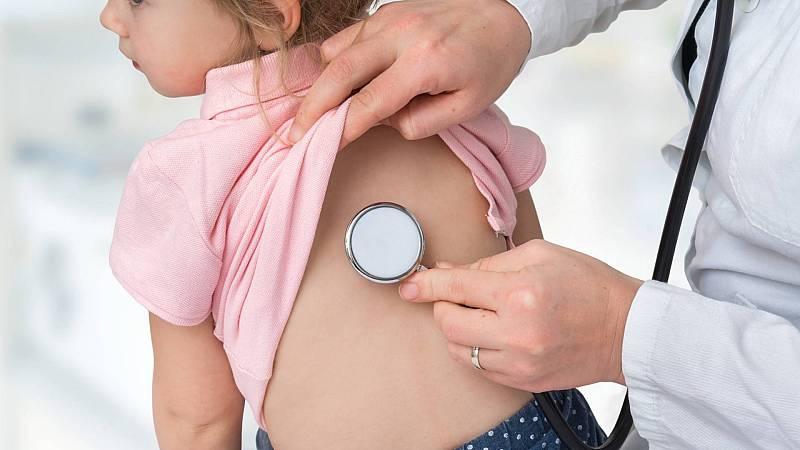 ¿Hay vínculo entre el coronavirus y el síndrome de Kawasaki que manifiestan los niños?