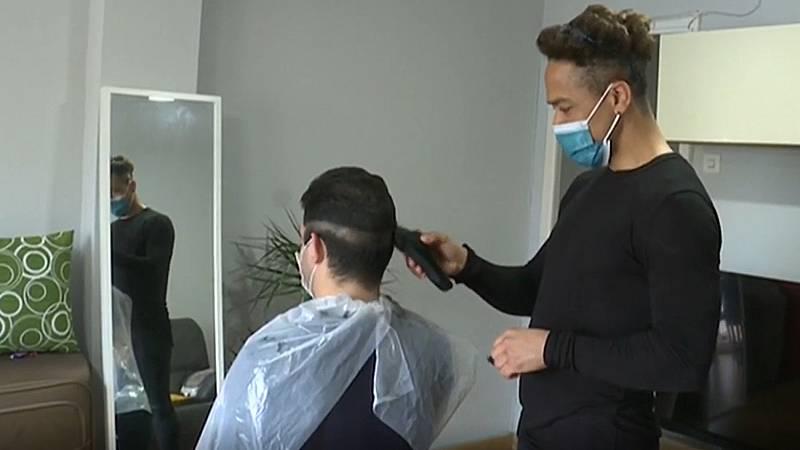 El sector de las peluquerías, confrontado por el coronavirus: entre los servicios a domicilio y el parón por los contagios