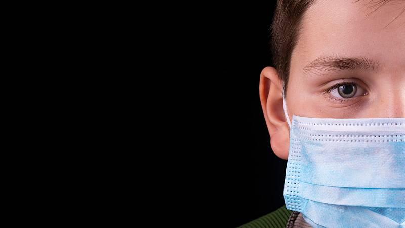 Los pediatras españoles han hecho un llamamiento a la calma ante las informaciones que hablan de una nueva enfermedad inflamatoria que afecta a los niños y que podría estar relacionada con la COVID-19. La Asociación Española de Pediatría (AEP) ha acl