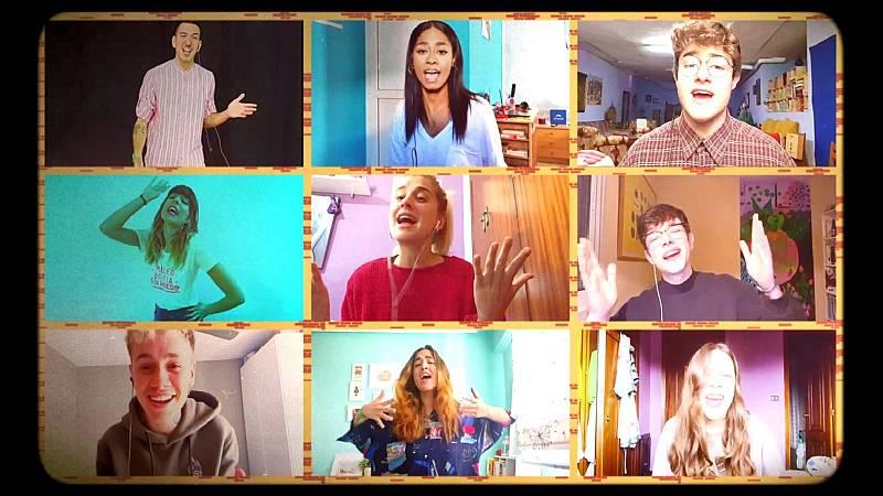"""OT 2020 canta """"Cuando zarpa el amor"""" en el sexto pase de micros de #QuedOTenCasa. Los nueve concursantes cantan la canción de Camela. En el vídeo parece que estén en un edificio, cada uno en una casa y arriba hay un cartel que pone Villa OT."""