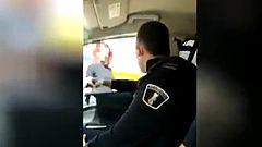 Las autoridades investigan un vídeo en el que dos policías locales humillan a una mujer transexual