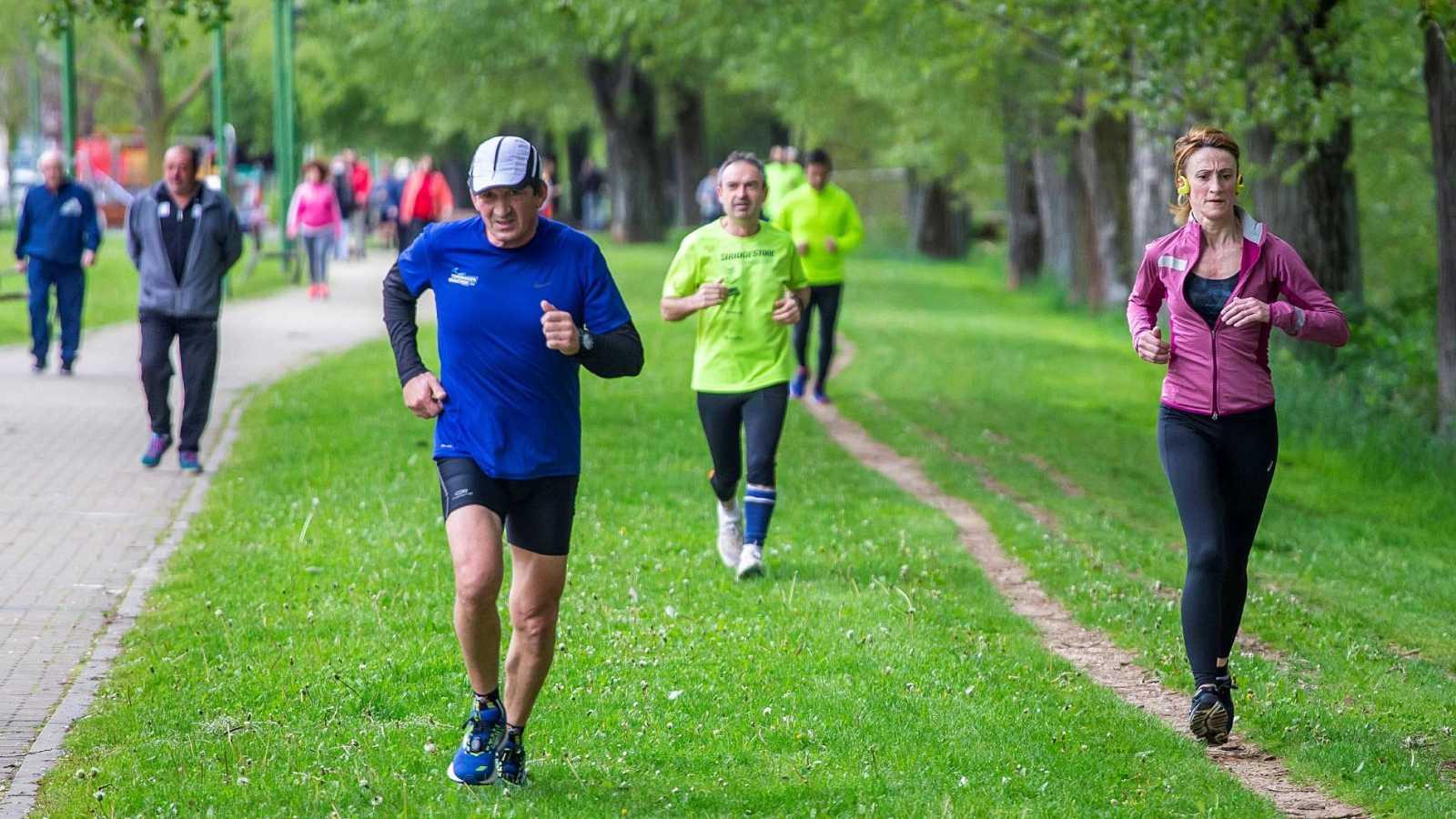 Las grandes ciudades se llenan de deportistas y transeúntes en el primer día de paseos permitidos