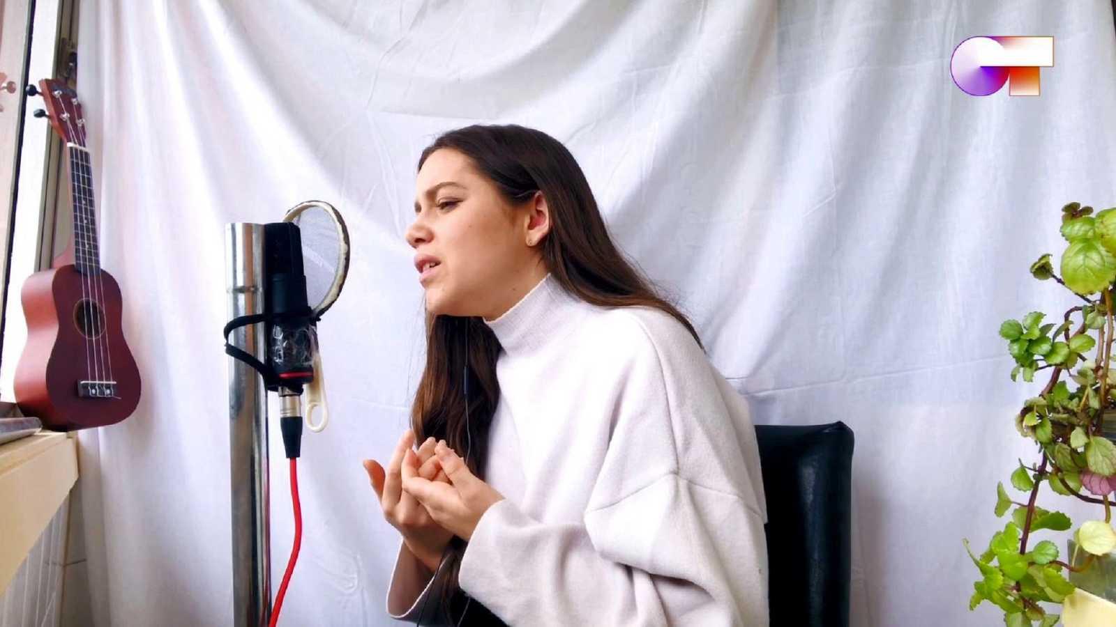 Concierto acústico de Eva desde su casa. Ha cantado seis canciones, dos suyas.