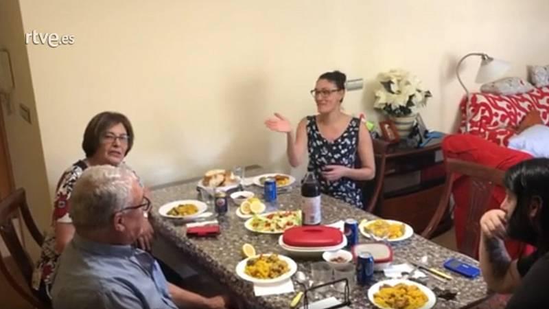 Una familia de Murcia explica mediante un vídeo cómo ha vivido su primer reencuentro tras la declaración del estado de alarma por el coronavirus. No ha habido besos ni abrazos, por precaución, pero sí han podido disfrutar de una comida juntos.