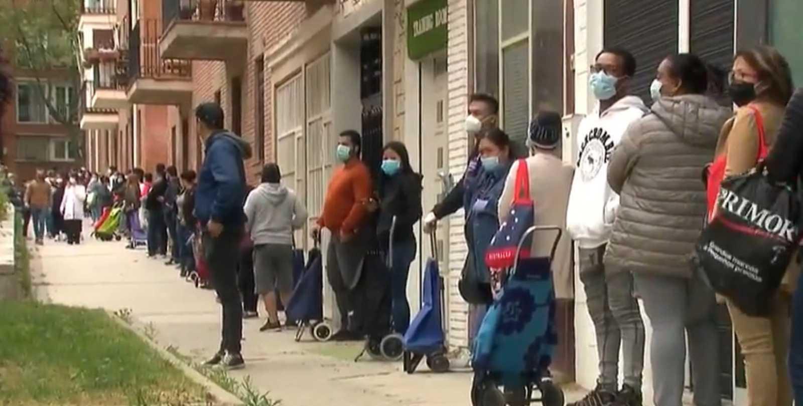 """Largas colas en una parroquia de Madrid para recoger comida: """"Cada día hay más gente y es lo más triste"""""""