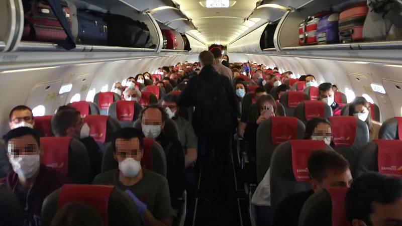 Fernando Simón recomienda dejar un asiento vacío entre los ocupantes de un vuelo