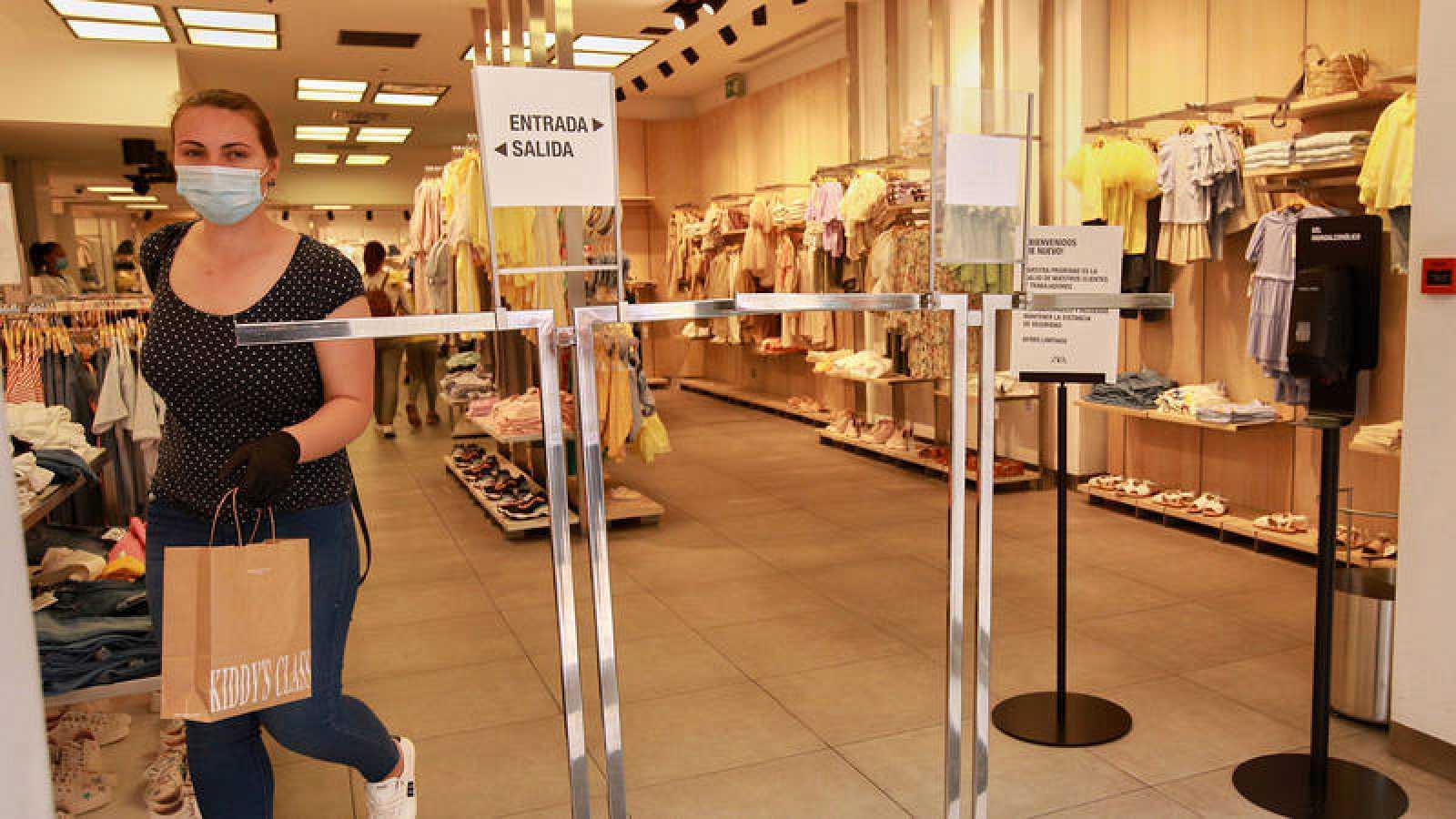Confusión sobre si puede o no haber rebajas en las tiendas físicas tras la orden publicada por Sanidad