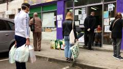 La realidad tras las colas para pedir comida en Aluche: familias necesitadas y vecinos solidarios