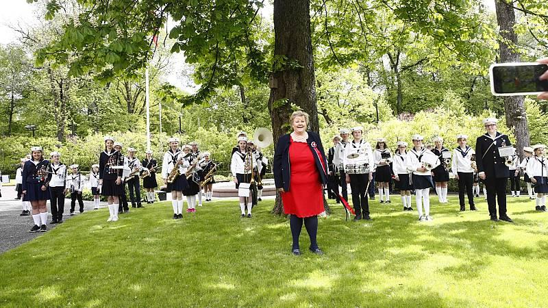 El Gobierno de Noruega celebra la fiesta nacional bailando respetando la distancia de seguridad