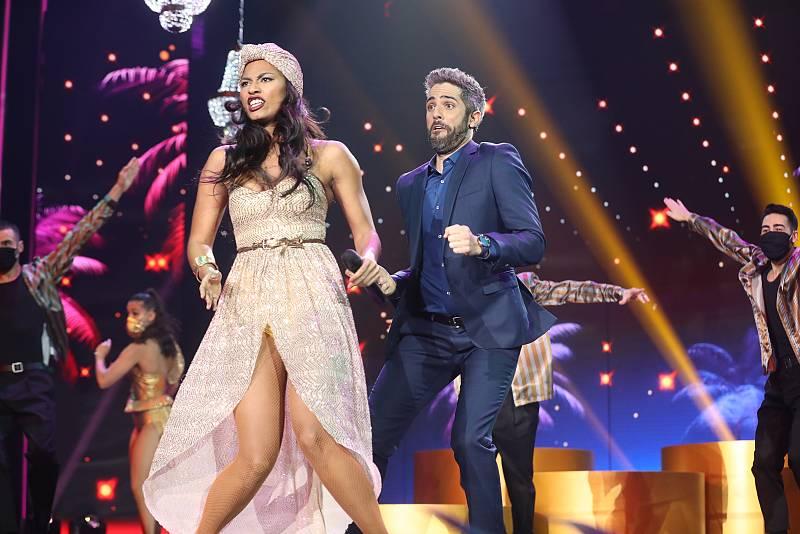Roberto Leal se lanza al escenario a bailar con Nia