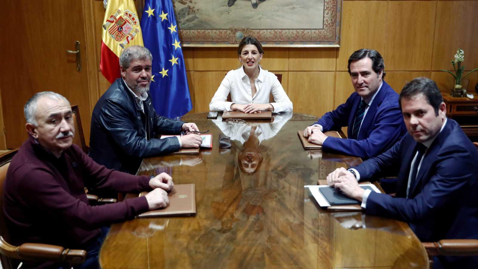 La patronal suspende el diálogo con el Gobierno en protesta por el pacto con Bildu