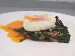 Salteado de espinacas con frutos secos y huevo poché