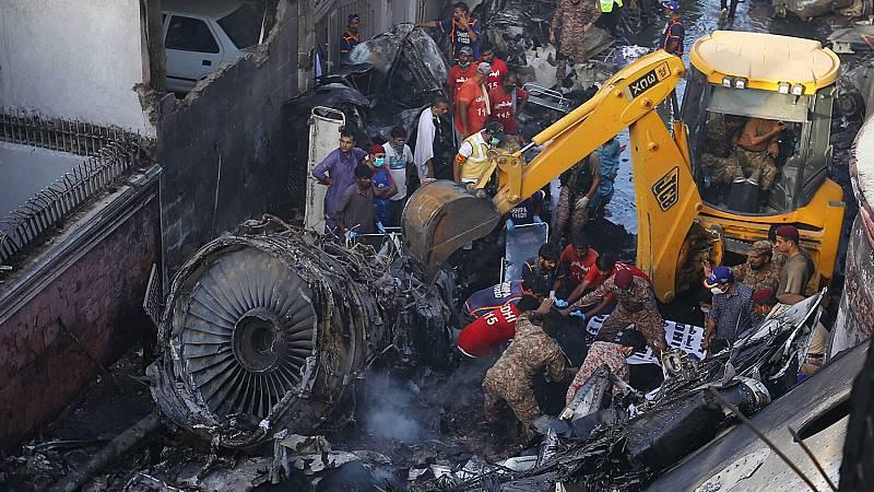 Un avión se estrella en Pakistán con 99 personas a bordo