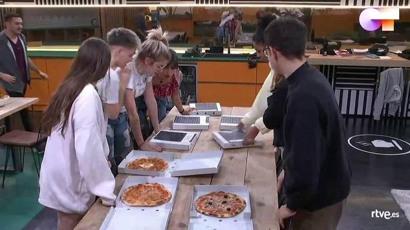 Emoción absoluta en la hora de la cena: pizza para todos los chicos de Operación Triunfo