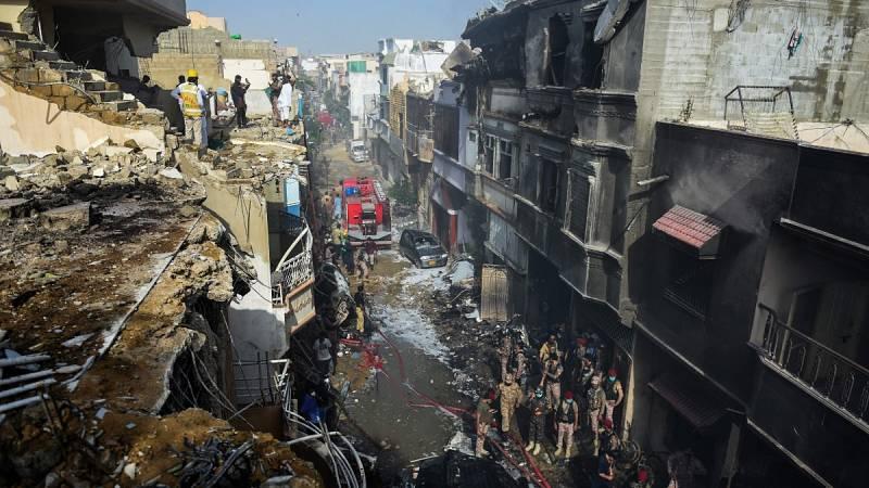 Ascienden a 97 los fallecidos y hay dos supervivientes en el accidente aéreo en Pakistán