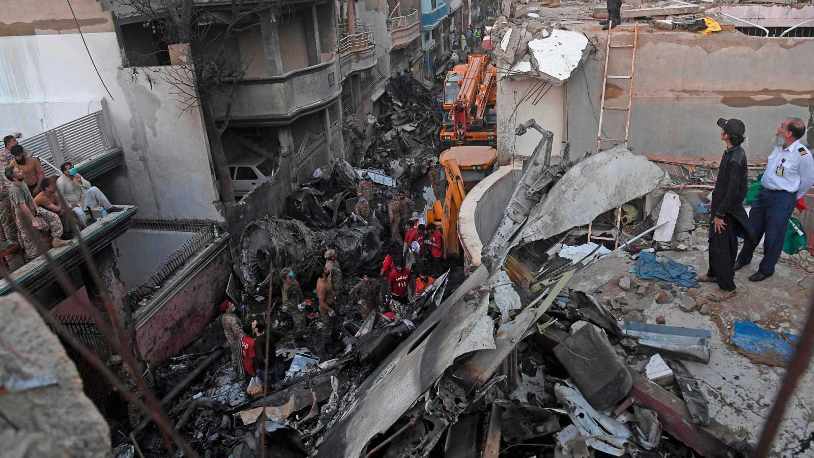 Al menos 97 fallecidos y solo dos supervivientes en un accidente aéreo en Pakistán