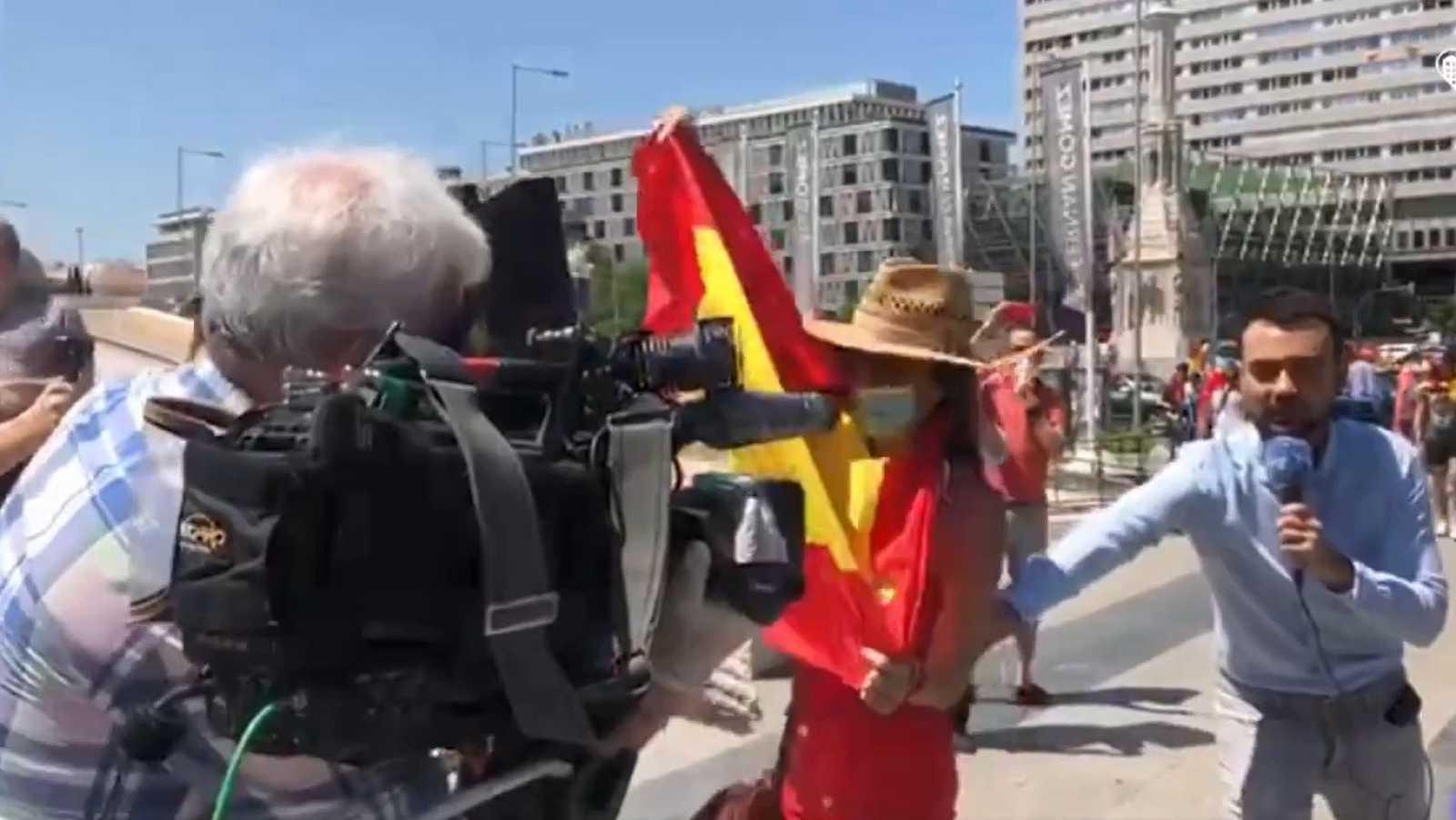 Varias personas impiden una conexión de TVE durante la manifestación de Vox en Madrid