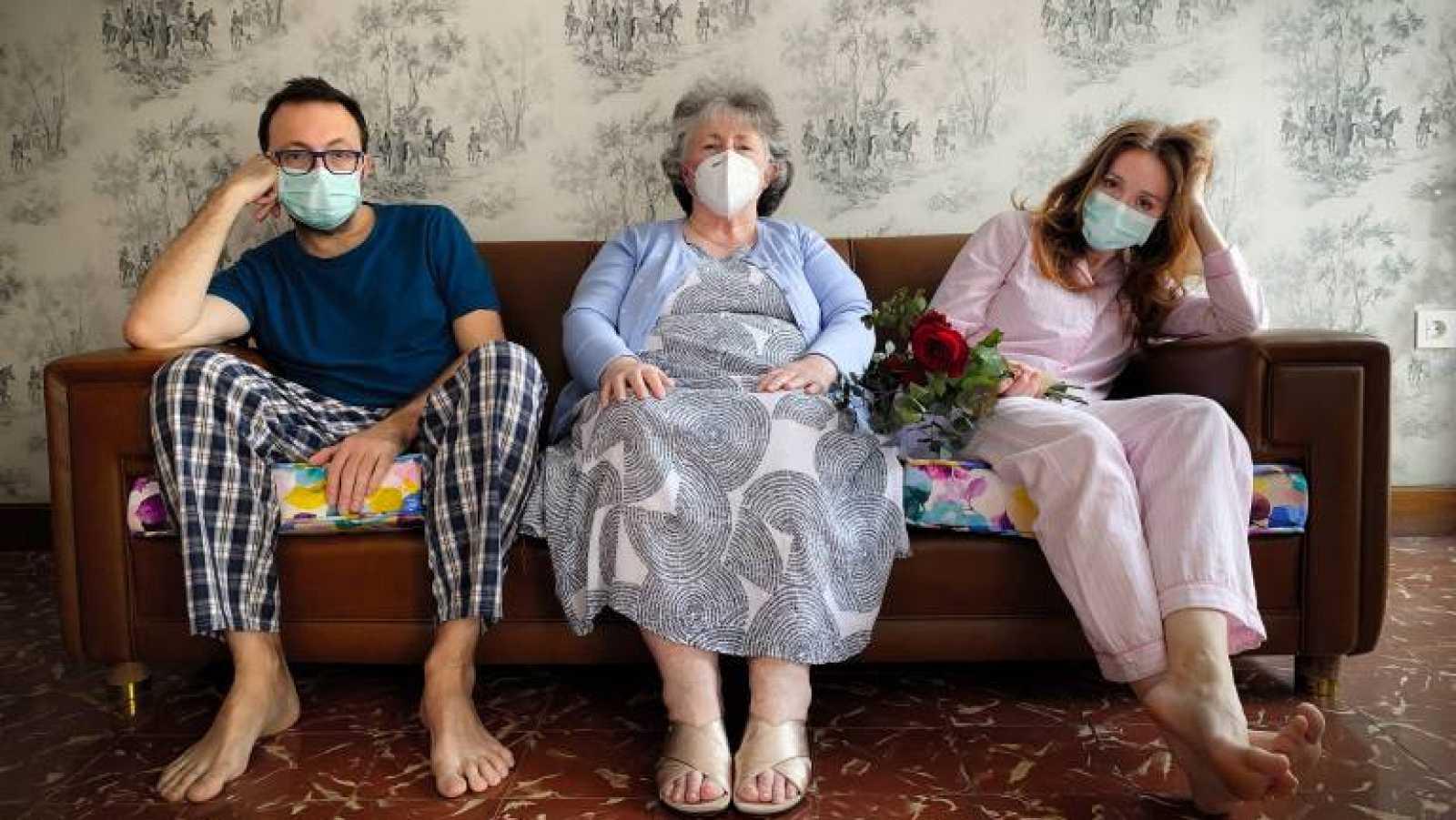 Vídeo: De cancelar la boda en Valencia por el coronavirus a estrellas televisivas en Australia