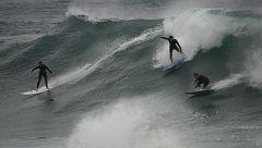 Los surfistas aprovechan las enormes olas en Australia