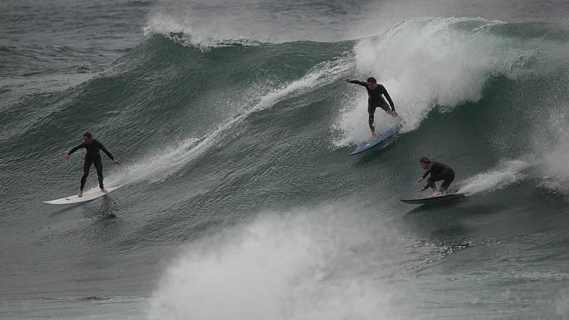 Vídeo: Los surfistas aprovechan las enormes olas en Australia