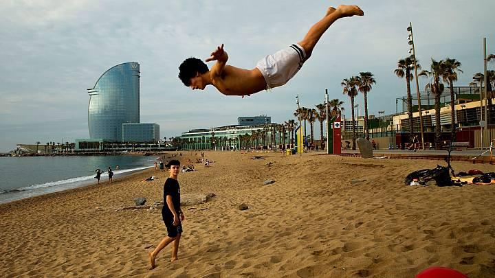 La Fase 2 ya permite bañarse, pasear o tomar el sol en la playa, aunque también con limitaciones