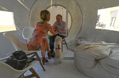 Francia prueba burbujas para visitas familiares en residencias de ancianos