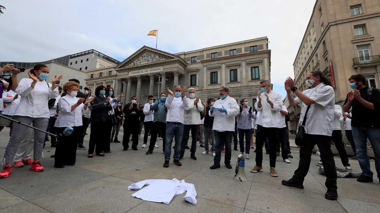 Cerca de doscientos chefs, algunos con Estrella Michelin, protestan ante el Congreso para pedir diálogo al Gobierno