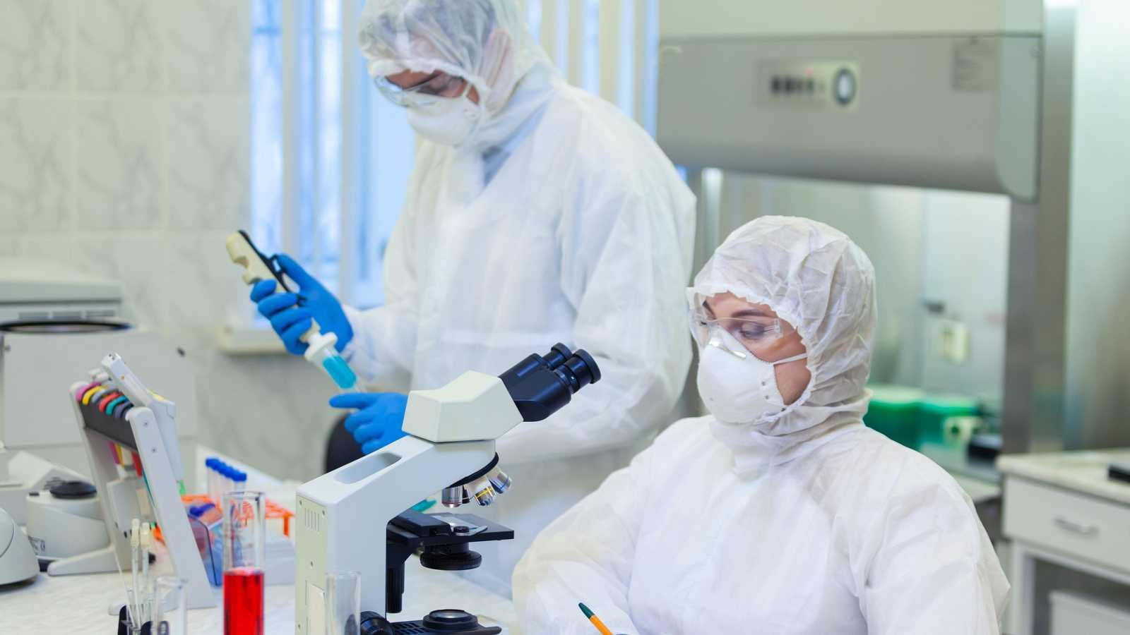 El Consejo de Ministros ha aprobado este martes una autorización especial para la construcción en los laboratorios españoles de virus recombinantes basados en el genoma del SARS-CoV-2, el virus que causa la enfermedad COVID-19. Además, se ha ampliado