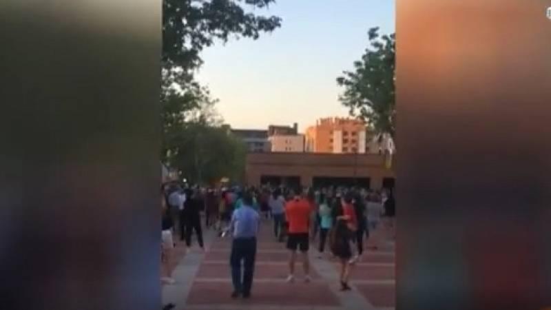 Decenas de personas se concentran ante la Comandancia de Madrid en apoyo a Pérez de los Cobos