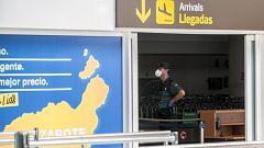 Viajeros de un vuelo de Madrid a Lanzarote, en cuarentena por un pasajero positivo en Covid-19