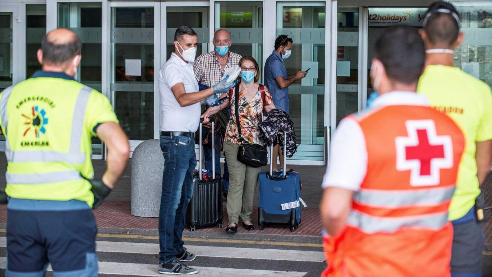 Un viajero con Covid-19 se salta el aislamiento para volar de Madrid a Lanzarote
