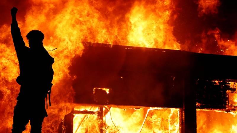 Los disturbios por la muerte de Floyd se extienden y Mineápolis declara el toque de queda