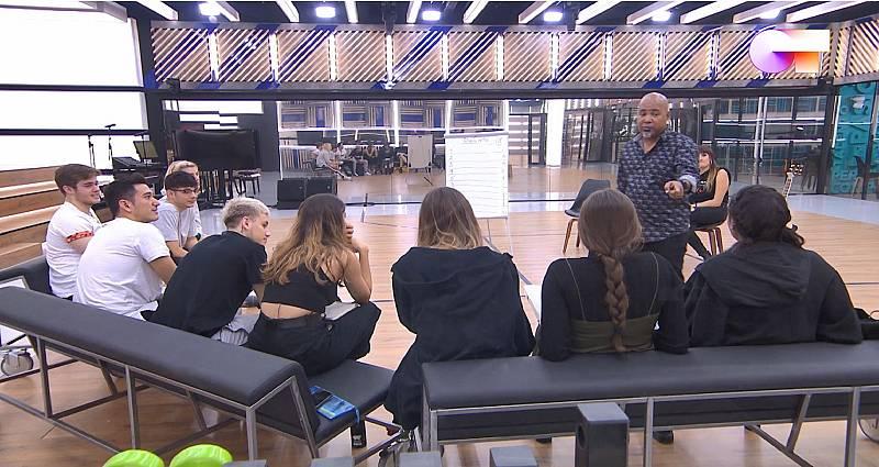 Alexis Díaz-Pimienta hace ejercicios de repentismo con los chicos de Operación Triunfo 2020