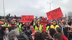Miles de personas cortan la A-8 en protesta por los despidos de Alcoa