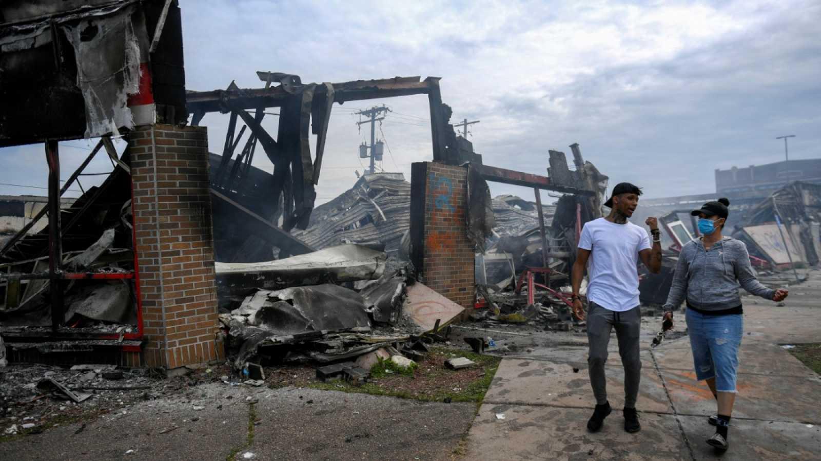 Incendios y edificios destruidos: las protestas dejan un panorama desolador en las calles de Mineápolis