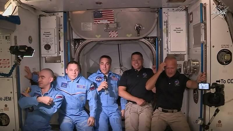 La primera nave comercial espacial llega con éxito a la Estación Espacial Internacional