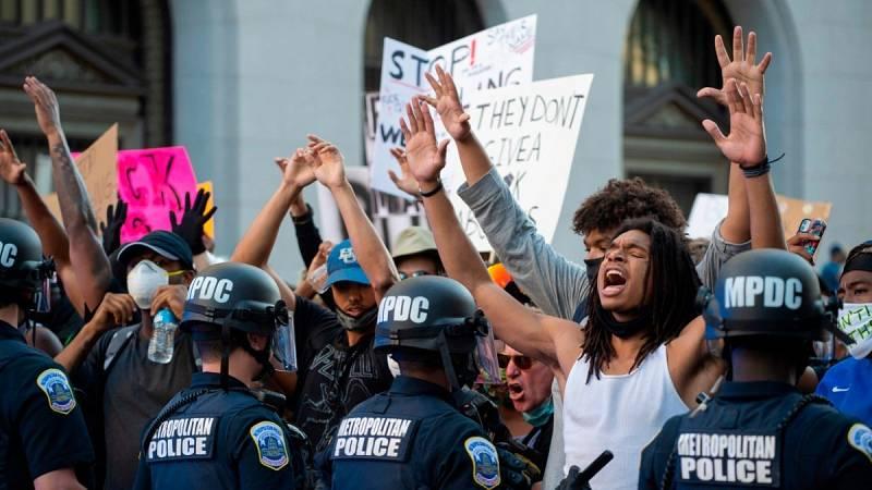 """Las protestas raciales cercan la Casa Blanca mientras Trump culpa del caos a la """"izquierda radical"""" y a los periodistas"""