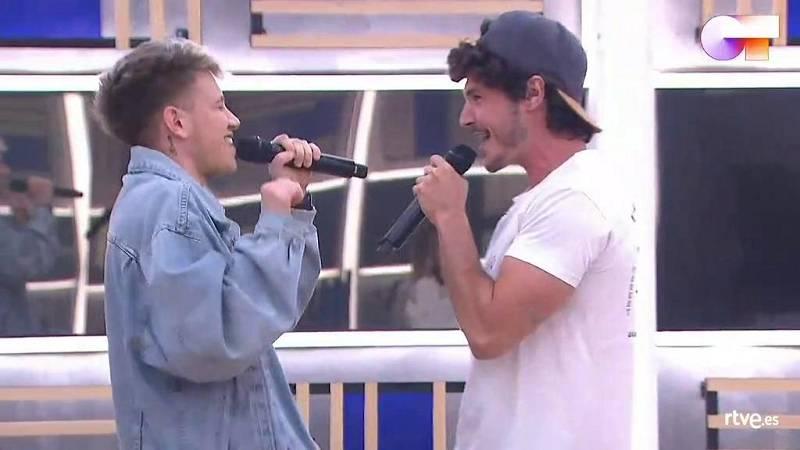 "Hugo y Miki Núñez cantan ""Me vale"", de Miki Núñez, en el segundo pase de micros de la Gala 12 de Operación Triunfo 2020"