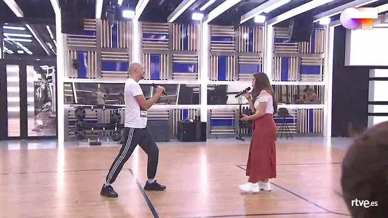 """Eva y La Casa Azul cantan """"El momento"""", de La Casa Azul, en el segundo pase de micros de la Gala 12 de Operación Triunfo 2020"""